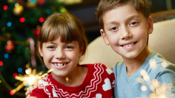 siblings-sparklers-holidays